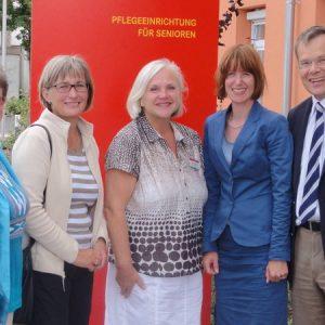 Heike Hofmann und der sozial- und gesundheitspolitische Sprecher der SPD-Landtagsfraktion Dr. Thomas Spies informieren sich über die Arbeit der Kursana in Griesheim