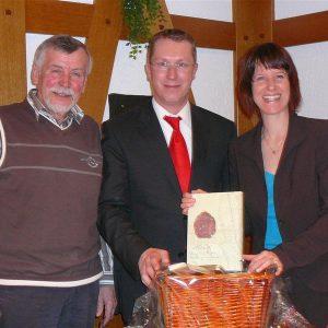 Auf der Jahreshauptversammlung des SPD-Ortsvereins Messel, hier mit (v.r.n.l.) Andreas Larem, Kandidat für das Bürgermeisteramt, und Werner Richter, OV-Vorsitzender