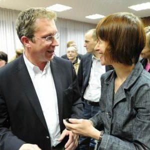 Heike Hofmann gratuliert Andreas Larem, dem neuen SPD-Bürgermeister von Messel (Foto H. Jockel, DE), nach Bekanntgabe des Wahlergebnisses am 7. November 2010