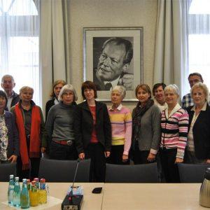 Heike Hofmann mit einer Besuchergruppe der AsF Mühltal im Fraktionssaal der SPD im Landtag