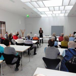 Heike Hofmann spricht vor der Besuchergruppe des Seniorenbüros aus Pfungstadt im Februar 2013