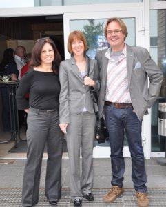 Heike Hofmann mit dem neuen Vorsitzenden der SPD Erzhausen, Dietrich Schmid. Links auf dem Bild die stellvertretende Vorsitzende Sabine Wohlleben, 2013