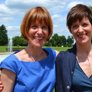 Hier sehen Sie meine Zwillingsschwester Tina und mich auf der gemeinsamen Feier zu unserem 40. Geburtstag