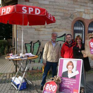 Heike auf dem Infostand am Bickenbacher Bahnhof am 2.09.2013, mit Bernd Heinrich und Tim Schmöker