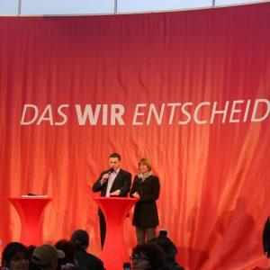 Auf dem Podium beantwortet Heike Hofmann die Fragen des Moderators.