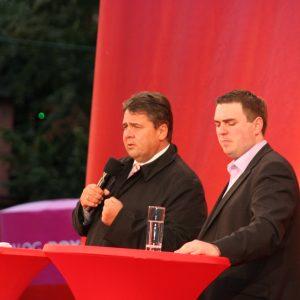 Sigmar Gabriel spricht und beantwortet Fragen auf dem Karolinenplatz in Darmstadt.