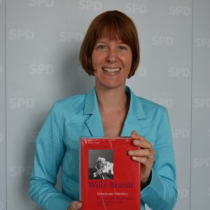 Heike Hofmann bei der Übergabe von Willy-Brandt-Büchern an die Hessenwaldschule in Weiterstadt am 5.05.2014