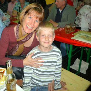 Heike Hofmann mit ihrem Sohn Julian auf dem Zwiebelmarkt in Griesheim (26.-29.09.2014)